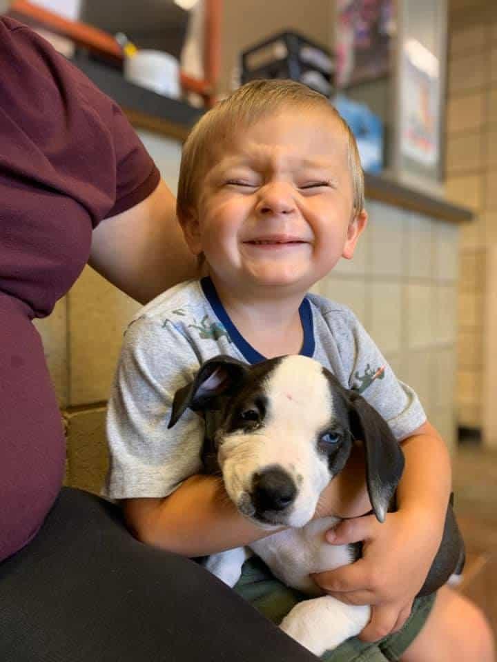 Bentley Boyers sorrindo enquanto segura a cachorrinha Lacey